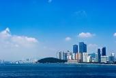 바다와 고층건물 템플릿