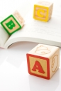 책 위에 abc 알파벳 큐브 템플릿