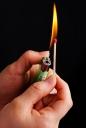 라이터로 성냥에 불 붙이는 모습 템플릿