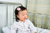 환자복 입고 울고 있는 유아 템플릿