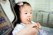 밥 먹는 유아 템플릿