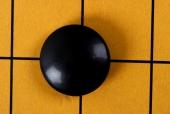 바둑판 위에 검정색 바둑알 템플릿
