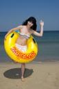 해변가에 튜브 들고 있는 비키니 여성 클립아트
