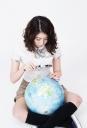 돋보기 들고 지구본 보는 여학생 템플릿