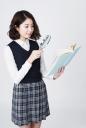 돋보기 들고 책 보는 여학생 템플릿