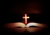 성경책 위의 십자가 템플릿