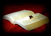 영문성경책 위의 십자가 템플릿