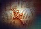 십자가 목걸이와 영문성경 템플릿